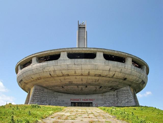 Construcciones socialistas de aspecto futurista El+Monumento+de+Buzludzha+-+Reliquia+abandonada+del+pasado+comunista+de+Bulgaria+12