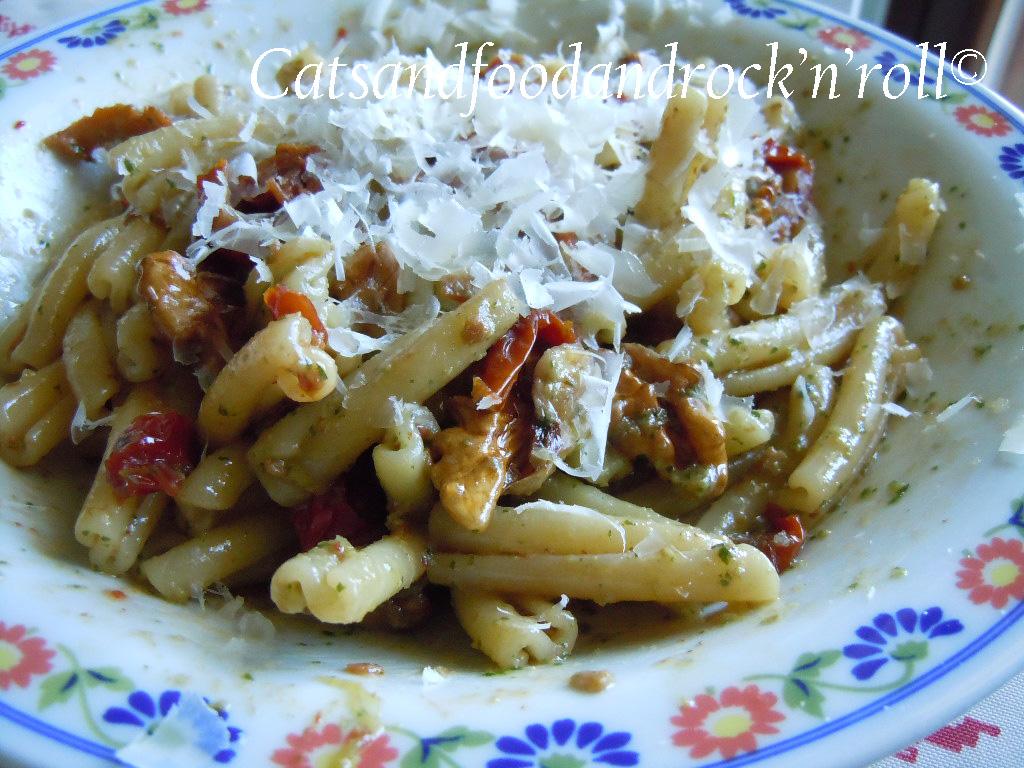 caserecce con pesto di rucola, pomodorini secchi e noci