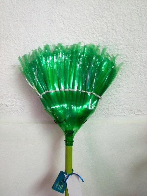 Как сделать метелку из пластмассовых бутылок