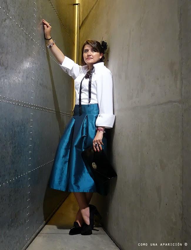 fashion-como-una-aparición-street-style-lideth-rodriguez-fashion-designers-derenth-jiménez-women-clothes-white-shirt-black-patent-clutch-bag-deep-blue-turquoise-satin-skirt-tommy-hilfiger-shoes