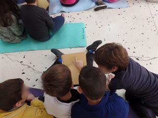 Παιδιά αγγίζουν σελίδες Braille