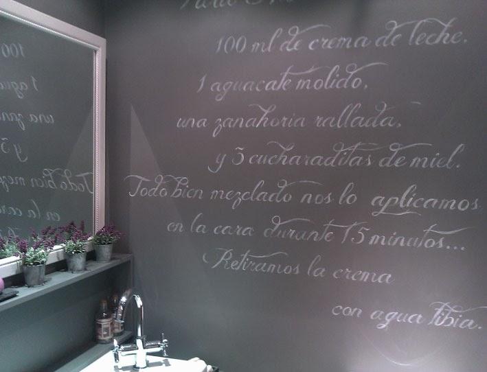 Baño Microcemento Gris:STENCIL BARCELONA: Baño con escrito