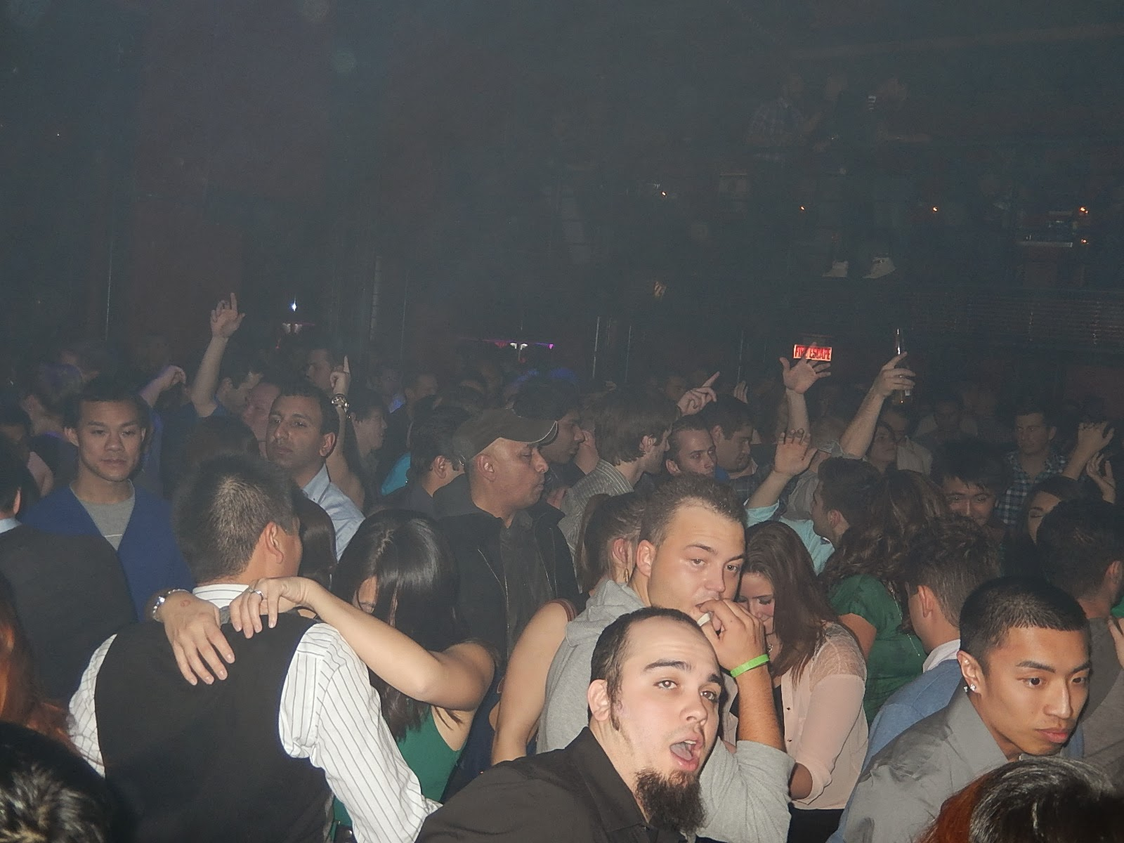 enormous group getting pleasure in the club