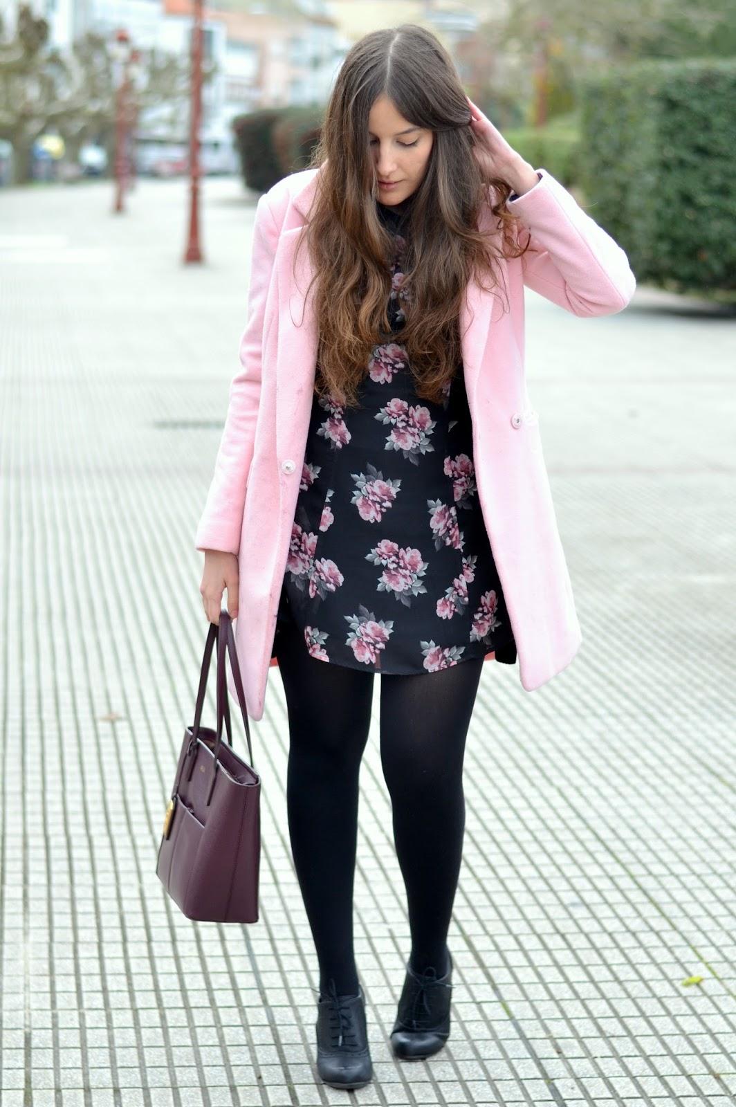 abrigo rosa, vestido flores negro