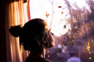 menina janela feliz