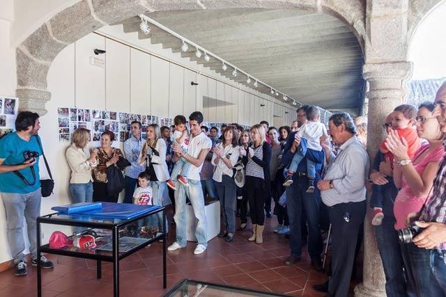 publico durante la presentacion de  la exposicion en el claustro alto del centro de cultura san francisco