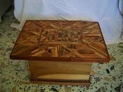 tavolinetto-contenitore intarsiato con essenze esotiche e varie