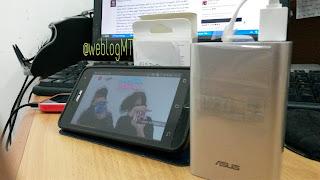 Smartphone Asus Zenfone 5, Power Bank Asus ZenPower 1050 mAh - Miz Tia