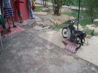 Motosikal yang tiba-tiba terbalik menindih mangsa. - Foto Sinar Harian