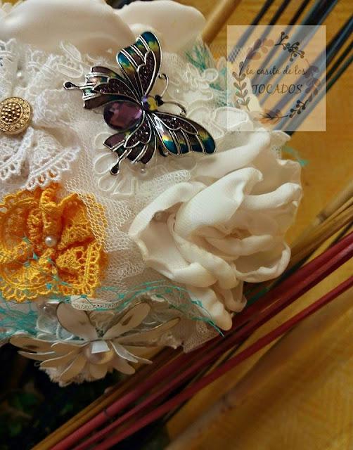 ramo para novia con tela, encaje y broches