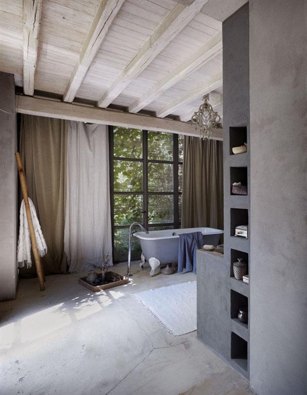 vista del baño con bañera dormitorio campo