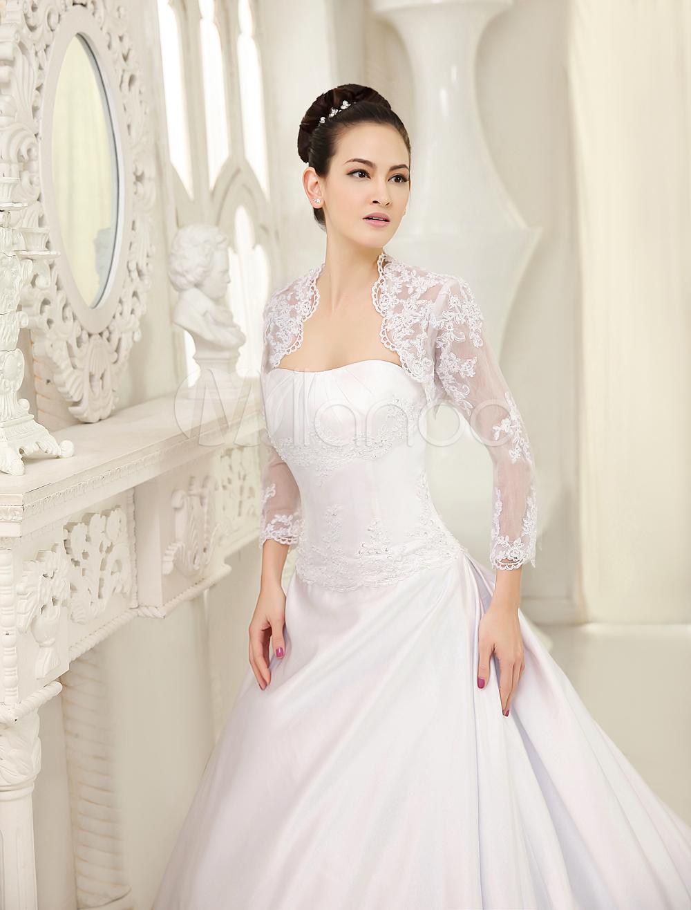 Robe de mariée boule blanche en satin et dentelle bustier à traîne