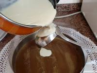 verter sobre el cazo el chocolate blanco