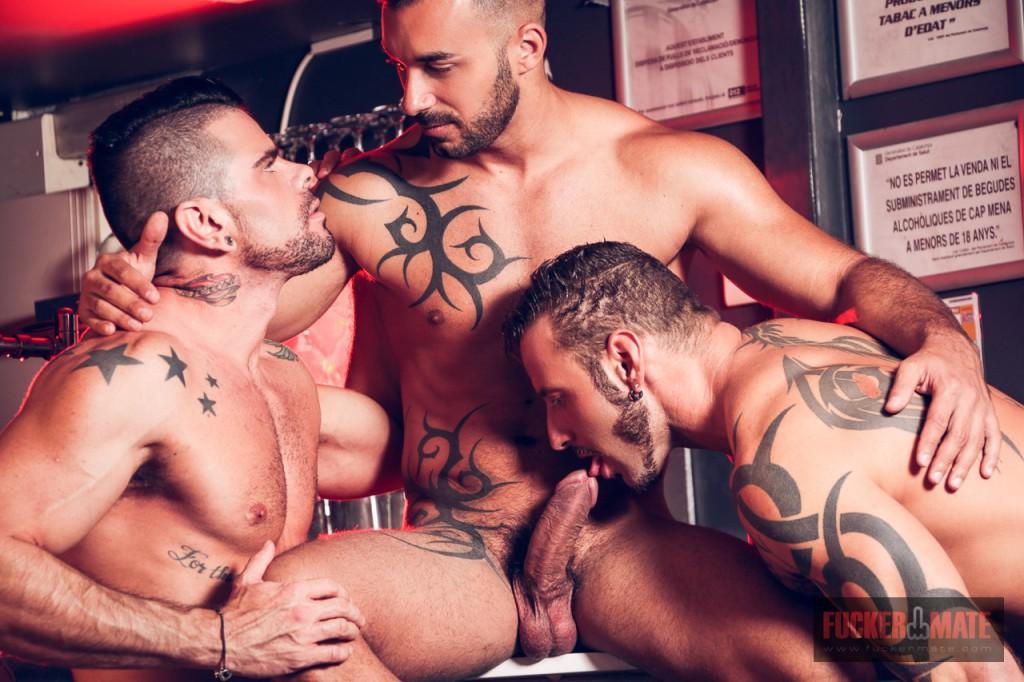 Hombres musculosos en un tro sexual - Pornes