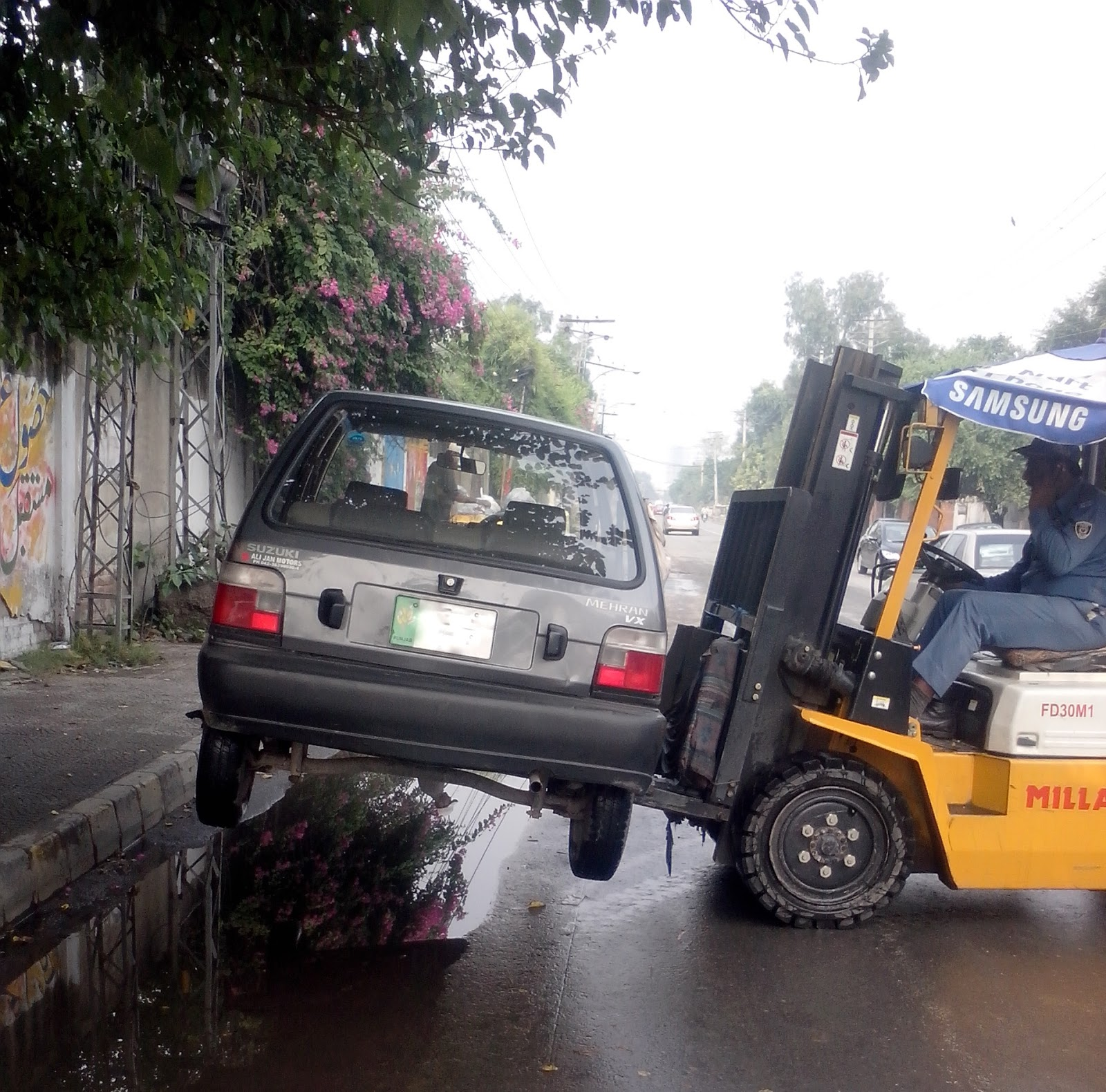 car-lifted-trafic-warden-lahore