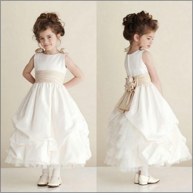 Anak kecil memakai gaun pesta warna putih