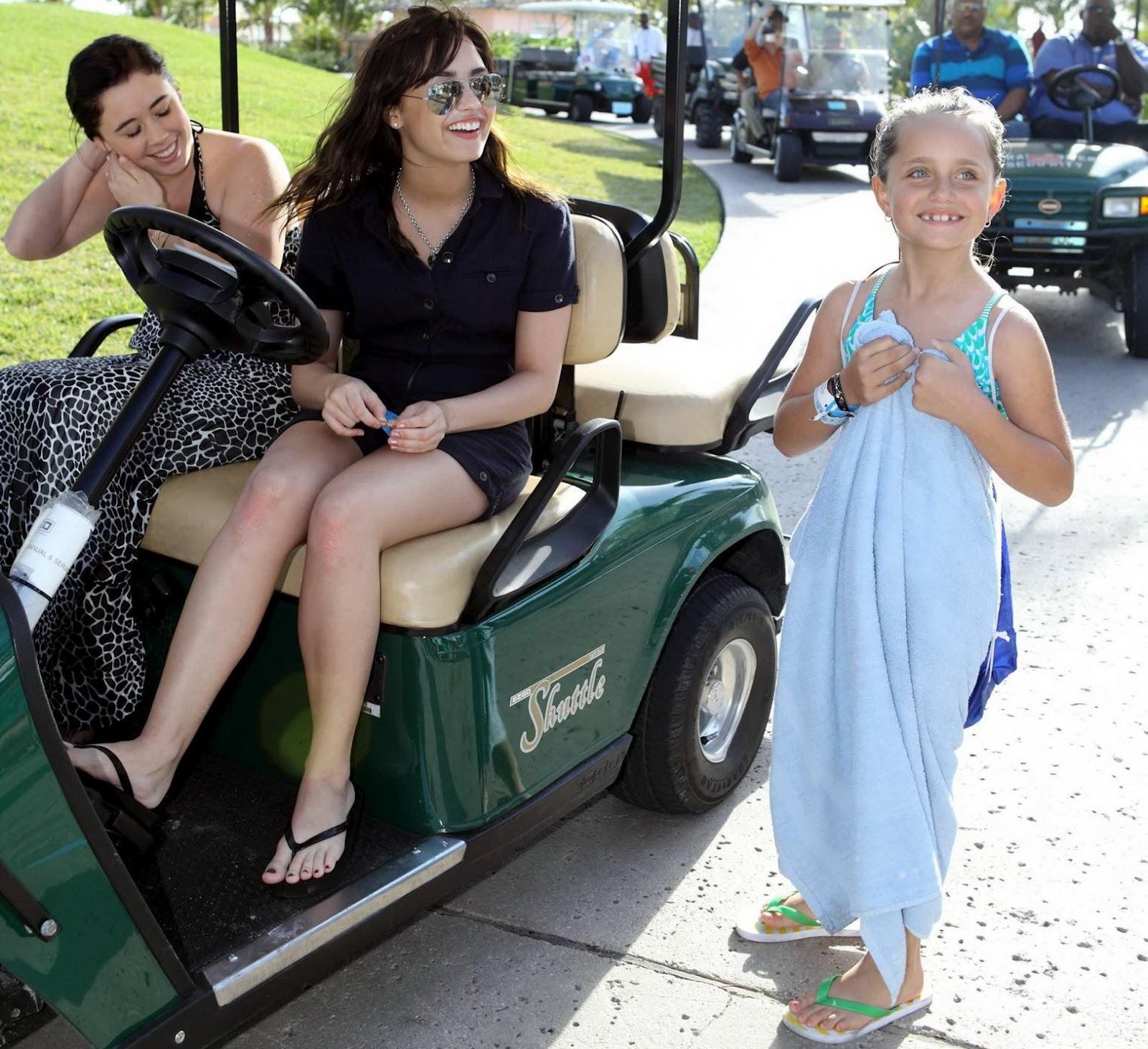 http://2.bp.blogspot.com/-iJ-n5KbodNM/UAjn_vra_0I/AAAAAAAACTo/-wy3t5dr_sU/s1600/Demi-Lovato-Feet-66936.jpg