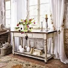 Detalles decorativos: candelabros y flores frescas
