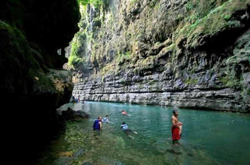 salah seorang pengunjung sedang berenang di lokasi utama green canyon