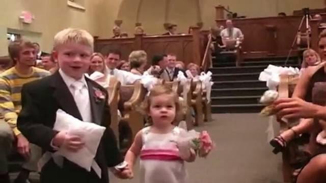 Mariage drôle, une petite fille fait une crise pour ne pas tenir la main du porteur d'anneaux