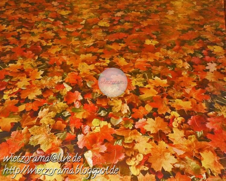 Das Foto zeigt einen Teil vom Fussboden auf einer der Zwischenebenen des Ubahnhofes Alexanderplatzes auf dem eine Folie mit der Abbildung von Herbstlaub geklebt wurde