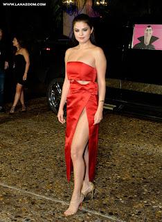 سيلينا غوميز في ثوب أحمر جريء في كانكون