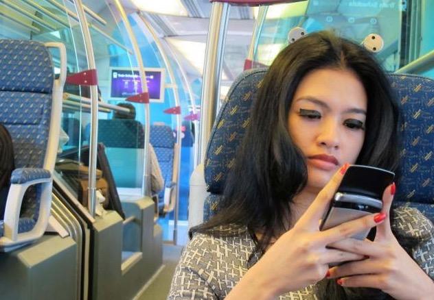 Tindakan Mengejutkan Wanita Cantik Terhadap Jurufoto Amatur yang Mengambil Gambarnya Secara Rahsia