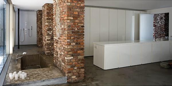 Łazienka z wpuszczaną wanną w łazience