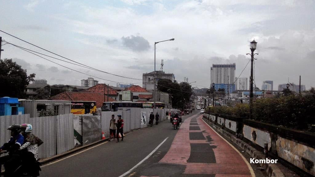 Pemandangan ke arah pintu masuk Terminal AKAP Lebak Bulus Pengganti dari Lampu Merah Pasar Jumat