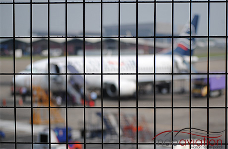 Pesawat 737-300 Batavia Air di Terminal 1C Bandara Soekarno-Hatta
