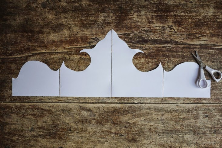 Kopfteil aus Tapete am Bett - romantischer Selbermachen-Tipp fürs Schlafzimmer