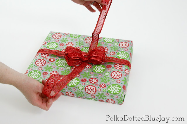 Ever wonder how to make gift wrap bows like a professional? Click here for an easy tutorial on how to make gift wrap bows from wire ribbon!