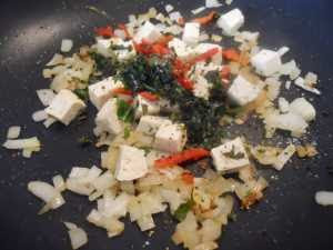 Saltear la cebolla, el tofu, la guindilla y el cilantro.