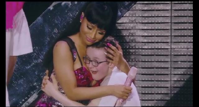 Niño goza con las tetas de Nicki Minaj