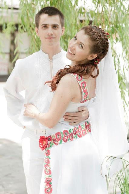 Щасливі наречені, весілля в українському стилі