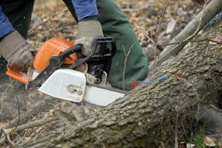 A man using a chainsaw in en emergency