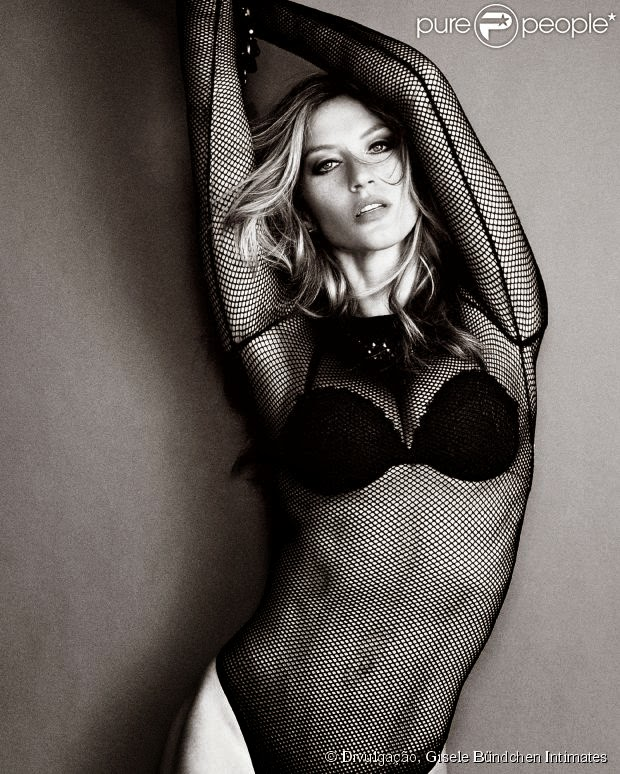 Gisele Bundchen, de lingerie, faz pose sensual