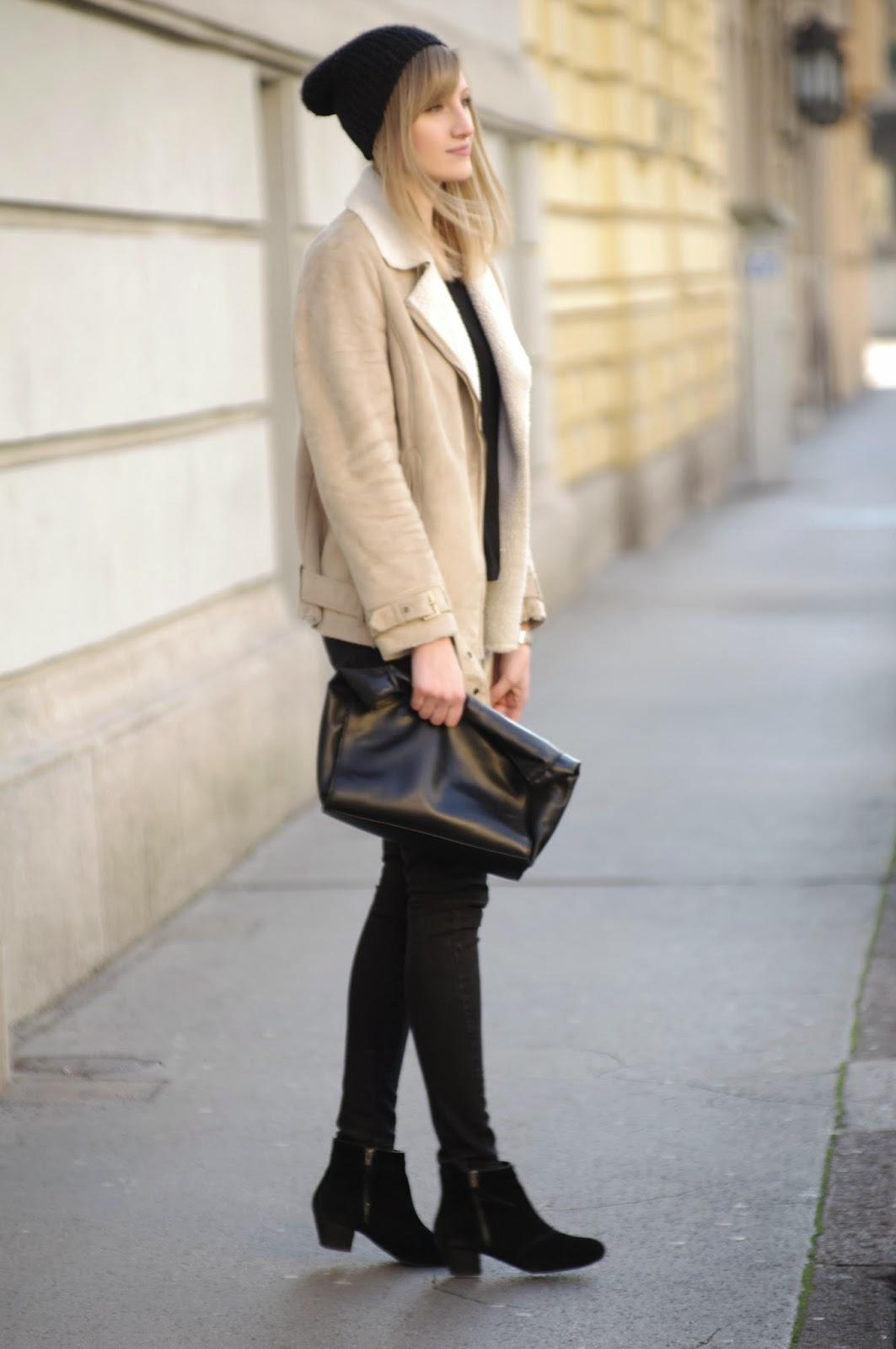 beige wool jacket H&M, acne sheinside beige sheep jacket, black zara denim, black suede boots promod, black beanie outfit, style blog blogger, fashion blogger, ootd