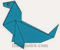 Bước 13: Vẽ mắt để hoàn thành cách xếp con gấu biển bằng giấy theo phong cách origami.