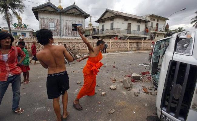 Warga Rohingya Diserang Massa, Polisi Myanmar Malah Lari