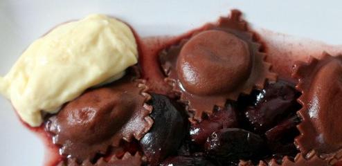 Schokoladenravioli auf Kirschkompott mit weißer mousse au chocolat | Arthurs Tochter Kocht by Astrid Paul