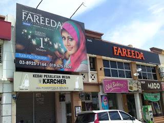 Butik Fareeda di Bandar Baru Bangi. Baris kedai bertentangan dengan