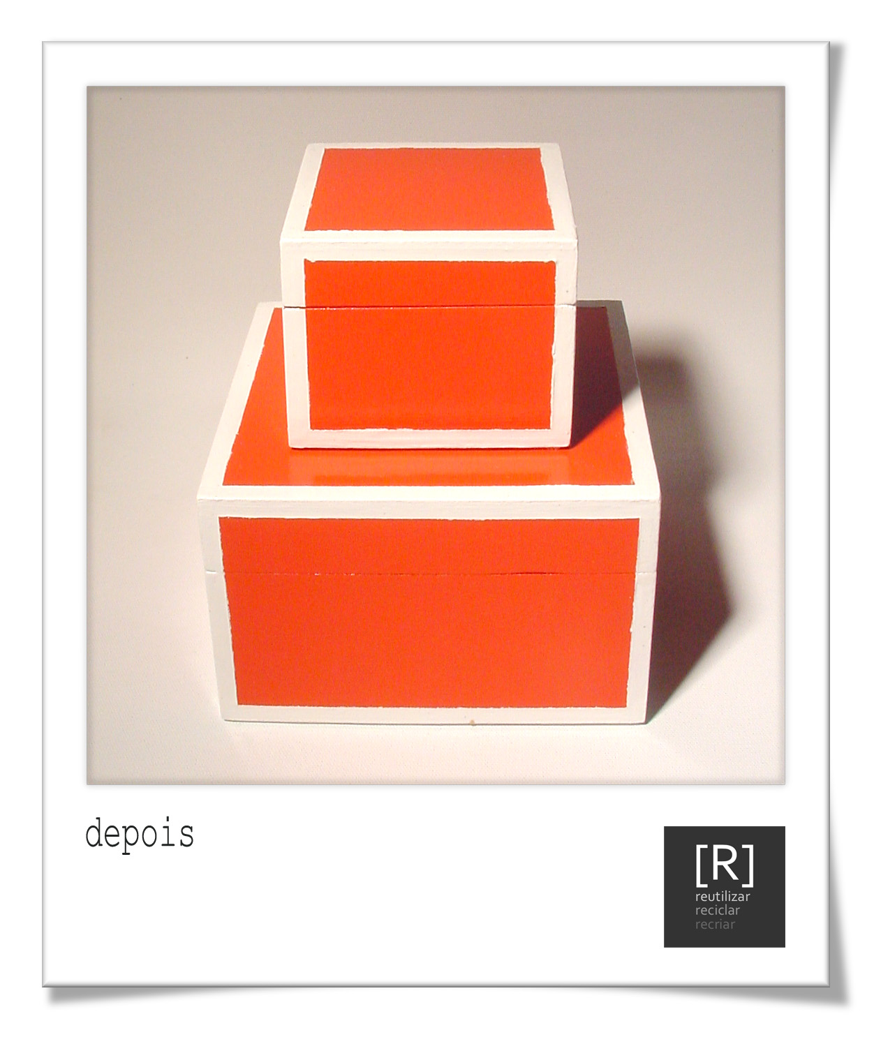 Conjunto de caixas em madeira pintadas na tonalidade coral e com  #C83303 1252x1486
