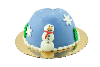 X mas snow globe cake decoration ideas picture with smiling snowman with carrot nose and snowflakes design