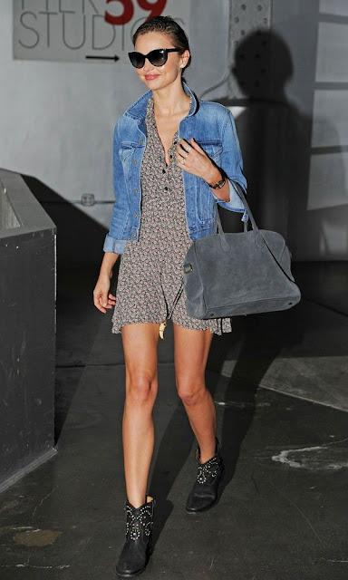 Street style Miranda Kerr, vestido com padrões, casaco de ganga e botins