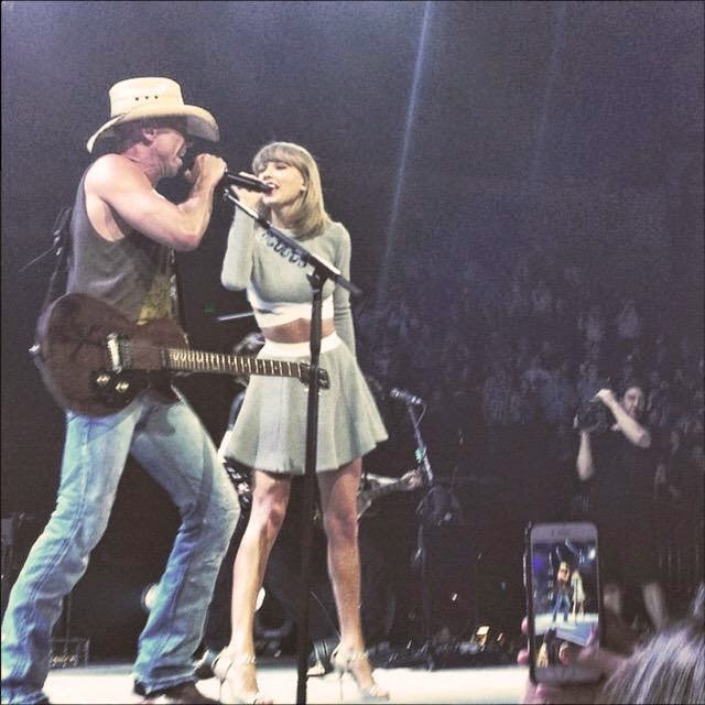 taylor swift on stage with kenny chesney