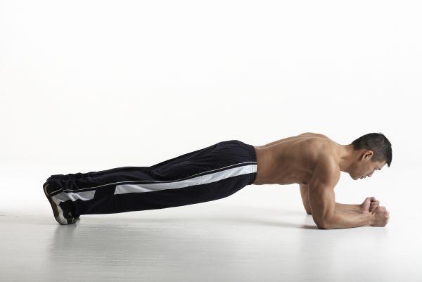 Diventa piú forte con queste 22 varianti dell'esercizio di plancia - plank