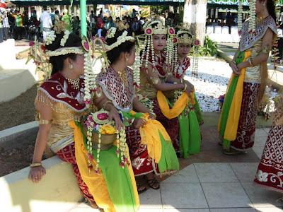 Sejarah Asal Usul Tarian Baksa Kembang dari Kalimantan