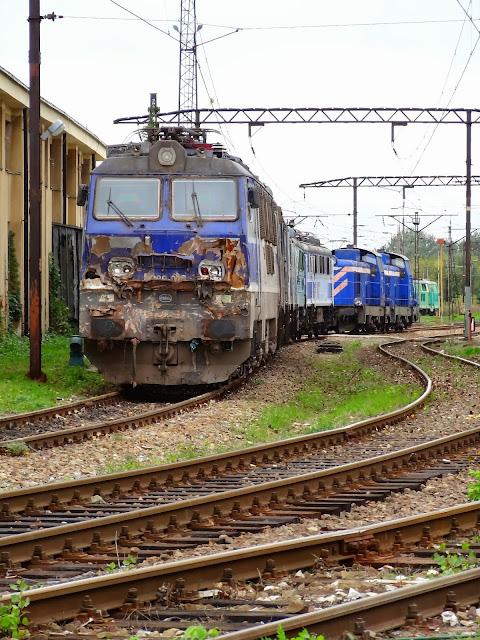 EP09-012 po kolizji z przyczepą na niestrzeżonym przejeździe kolejowym.