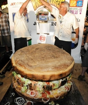 World's biggest burger 2011, World's largest hamburger, biggest burger picture, biggest burger photo, biggest burger Guinness World Record, World's largest hamburger 2011, biggest burger in the world, largest hamburger in the world, giant burger photo, giant burger 2011